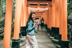 Japanska damer i kimono som går under torii fotografering för bildbyråer