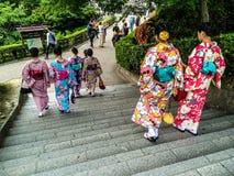 Japanska flickor i kimono Arkivbild