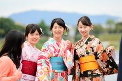 Japanska flickor i kimonoklänning Arkivbilder