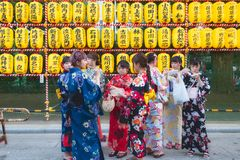 Japanska flickor med den traditionella kimonot på festivalen royaltyfria foton