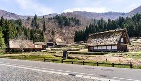Japanska Gassho-stil hus på ingången av Shirakawa-går Royaltyfri Fotografi