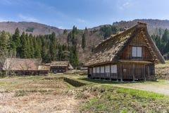 Japanska Gassho-stil hus på ingången av Shirakawa-går traen Fotografering för Bildbyråer