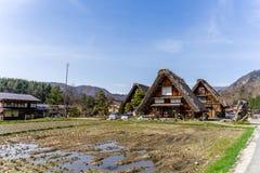 Japanska Gassho-stil hus Shirakawa-går in den traditionella byn Arkivbilder