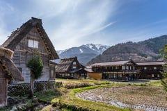 Japanska Gassho-stil hus Shirakawa-går in den traditionella byn Royaltyfria Foton