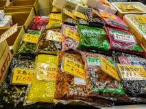 Japanska inlagda grönsaker på den Tsukiji fiskmarknaden i Tokyo royaltyfri foto