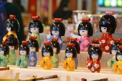 Japanska kokeshidockor i kimonodräkt royaltyfri foto