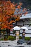 Japanska kvinnor i enkojitemplet, Kyoto, Japan Arkivbild
