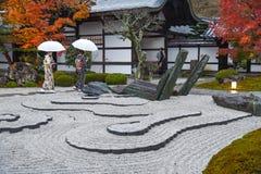 Japanska kvinnor i enkojitemplet, Kyoto, Japan Royaltyfria Bilder