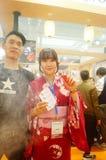 Japanska kvinnor i försäljningen av elektroniska cigaretter Royaltyfria Bilder