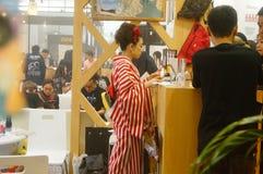 Japanska kvinnor i försäljningen av elektroniska cigaretter Royaltyfria Foton