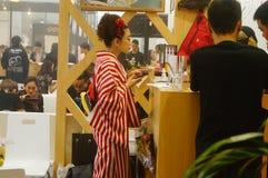 Japanska kvinnor i försäljningen av elektroniska cigaretter Arkivfoton