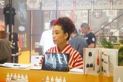 Japanska kvinnor i försäljningen av elektroniska cigaretter Arkivbild