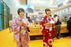 Japanska kvinnor i försäljningen av elektroniska cigaretter Royaltyfri Foto