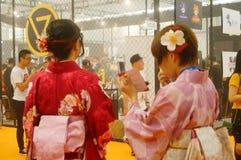 Japanska kvinnor i försäljningen av elektroniska cigaretter Royaltyfri Bild