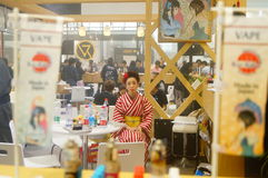 Japanska kvinnor i försäljningen av elektroniska cigaretter Fotografering för Bildbyråer