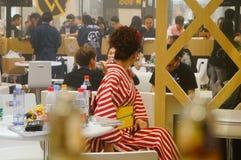 Japanska kvinnor i försäljningen av elektroniska cigaretter Royaltyfri Fotografi