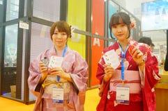 Japanska kvinnor i försäljningen av elektroniska cigaretter Arkivfoto