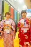 Japanska kvinnor i försäljningen av elektroniska cigaretter Arkivbilder