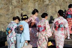 Japanska kvinnor i traditionell kimono går till den Kiyomizu templet i Kyoto Arkivbilder