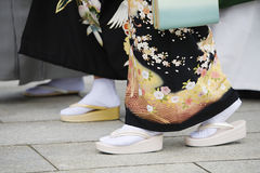 Japanska kvinnor i traditionell klänning på Meiji Shrine Royaltyfri Foto
