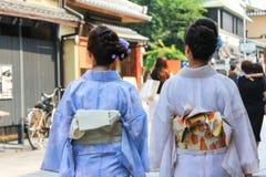 Japanska kvinnor som bär Yukata fotografering för bildbyråer