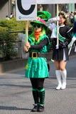 Japanska kvinnor som kläs proudly för Sts Patrick dag Arkivfoton