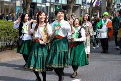 Japanska kvinnor ståtar för Sts Patrick dag Royaltyfria Foton