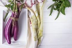 Japanska långa och tunna aubergine på vit träbakgrund royaltyfri fotografi