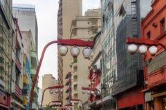 Japanska lampor på den Liberdade avenyn i Liberdade den japanska grannskapen - Sao Paulo, Brasilien Fotografering för Bildbyråer