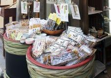 Japanska lokala livsmedelsprodukter sålde på den Arima Onsen byn i Kobe, Japan Royaltyfria Foton