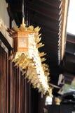 Japanska lyktor i den Shimogamo relikskrin, Kyoto Royaltyfria Bilder