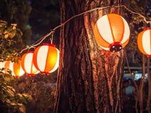 Japanska lyktor som hänger från träd Fotografering för Bildbyråer