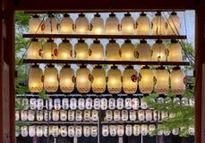 Japanska lyktor som hänger på en shintorelikskrin, kyoto Royaltyfria Bilder