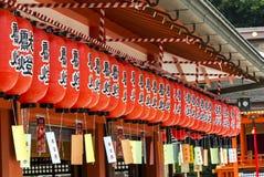 Japanska lyktor som hänger på en shintorelikskrin, kyoto royaltyfri foto