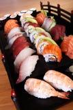 Sushi på det svart magasinet Arkivbild
