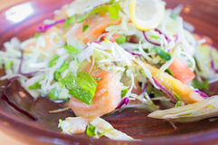 Japanska nya Salmon Salad på träbakgrund Arkivbilder
