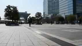 Japanska och utlänningfolk som går för att gå att arbeta på tokyo stor sikt i den Ariake staden på Kotostaden i Tokyo, Japan stock video