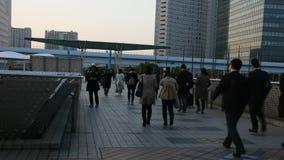 Japanska och utlänningfolk som går för att gå att returnera efter färdigt arbete på tokyo stor sikt i Ariake på Kotostaden i Toky stock video