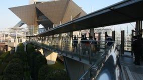 Japanska och utl?nningfolk som g?r f?r att g? att arbeta p? tokyo stor sikt i den Ariake staden p? Kotostaden i Tokyo, Japan lager videofilmer