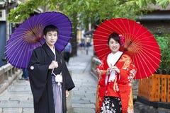 Japanska par i den traditionella kimonot, Kyoto, Japan Arkivfoton
