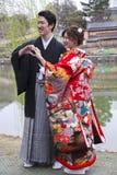 Japanska par i traditionella bröllopsklänningar Royaltyfria Bilder