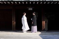 Japanska par klär upp i formellt Arkivfoton