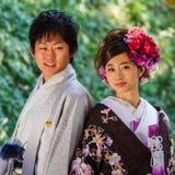 Japanska par på Koraku-en Arkivfoto