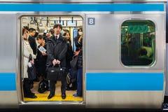 Japanska pendlare på ett drev Arkivfoto