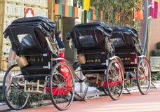 Japanska rickshaws i den traditionella neighbourhooden av Asakusa i Tokyo, 2018 royaltyfri fotografi