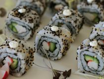 Japanska rullar f?r matKalifornien sushi royaltyfri foto