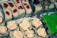 Japanska rullar och sushi på tabellen royaltyfri foto