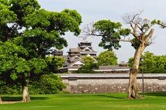 Japanska slott sikt från trädgård slottområde Royaltyfria Foton