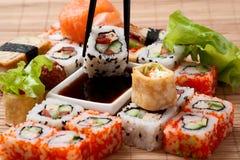 Japanska sushi för Closeup på en bambuservett. Arkivfoton
