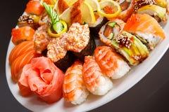 Japanska sushi på en plätera Arkivfoto